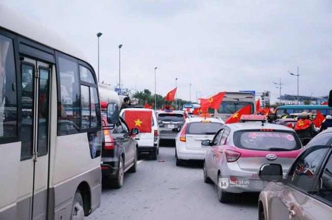 Chùm ảnh: Người hâm mộ đổ xô đi đón U23 Việt Nam, đường đến sân bay Nội Bài ngập tràn sắc cờ bay 14