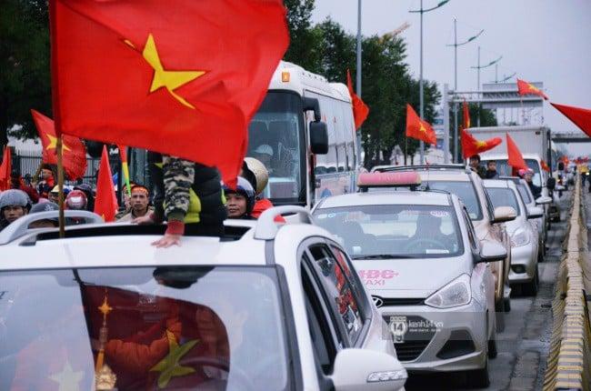 Chùm ảnh: Người hâm mộ đổ xô đi đón U23 Việt Nam, đường đến sân bay Nội Bài ngập tràn sắc cờ bay 15