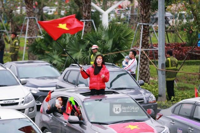 Chùm ảnh: Người hâm mộ đổ xô đi đón U23 Việt Nam, đường đến sân bay Nội Bài ngập tràn sắc cờ bay 11