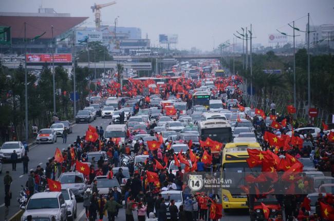 Chùm ảnh: Người hâm mộ đổ xô đi đón U23 Việt Nam, đường đến sân bay Nội Bài ngập tràn sắc cờ bay 1