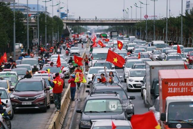 Chùm ảnh: Người hâm mộ đổ xô đi đón U23 Việt Nam, đường đến sân bay Nội Bài ngập tràn sắc cờ bay 8