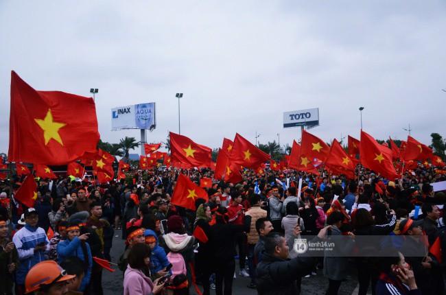 Chùm ảnh: Người hâm mộ đổ xô đi đón U23 Việt Nam, đường đến sân bay Nội Bài ngập tràn sắc cờ bay 2