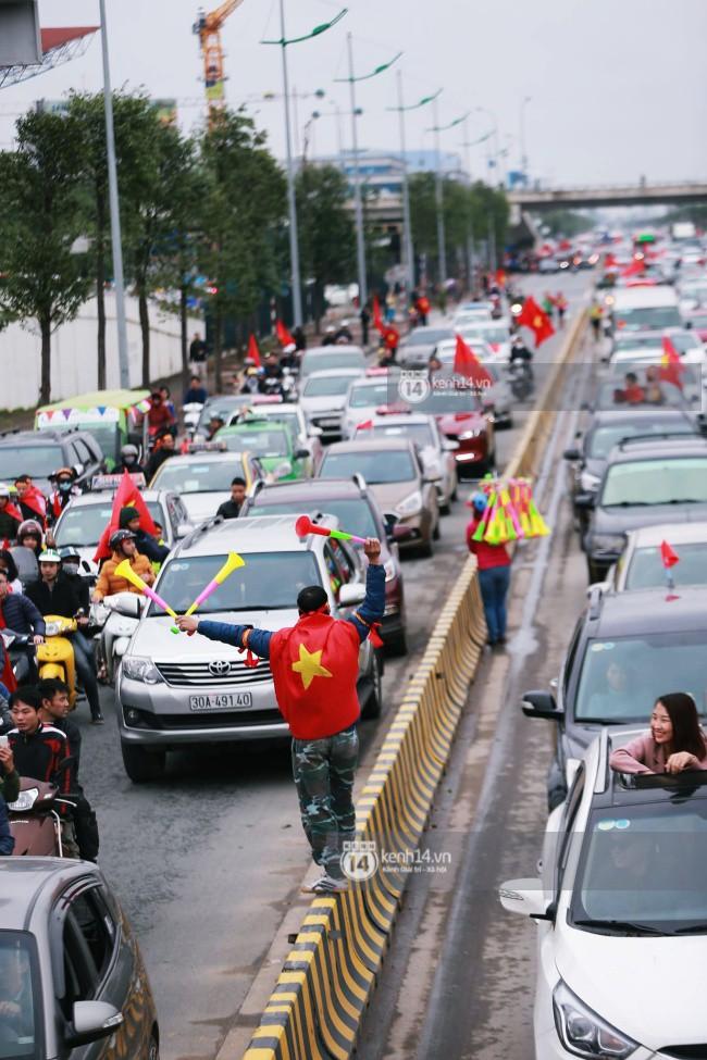 Chùm ảnh: Người hâm mộ đổ xô đi đón U23 Việt Nam, đường đến sân bay Nội Bài ngập tràn sắc cờ bay 5