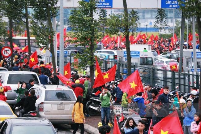 Chùm ảnh: Người hâm mộ đổ xô đi đón U23 Việt Nam, đường đến sân bay Nội Bài ngập tràn sắc cờ bay 12