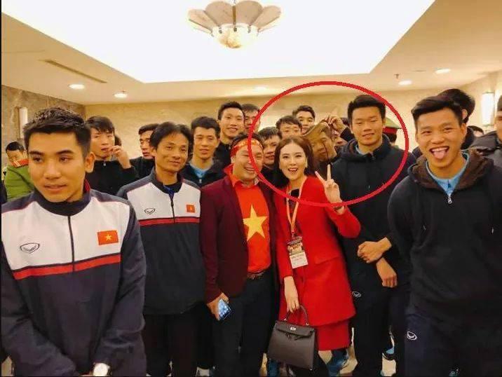 Chinh ơi trong lúc cả đội đang chụp ảnh sao lại soi tóc chị Mai Ngọc thế kia? 1