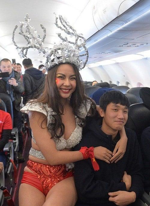 Phản ứng choáng của Bùi Tiến Dũng khi chụp ảnh cùng người mẫu Lại Thanh Hương diện bikini 3
