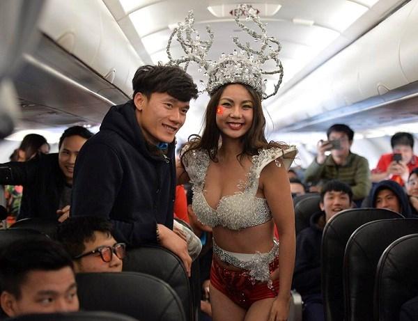Phản ứng choáng của Bùi Tiến Dũng khi chụp ảnh cùng người mẫu Lại Thanh Hương diện bikini 5