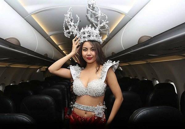 Phản ứng choáng của Bùi Tiến Dũng khi chụp ảnh cùng người mẫu Lại Thanh Hương diện bikini 1