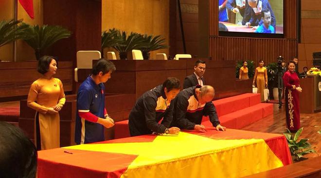 Chủ tịch Quốc hội mời tuyển thủ U23 ký vào lá cờ mang từ từ Lũng Cú về 2