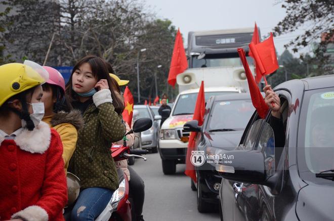 Người dân Tuyên Quang nườm nượp đổ ra đường chào đón cầu thủ Xuân Trường trở về quê hương 3