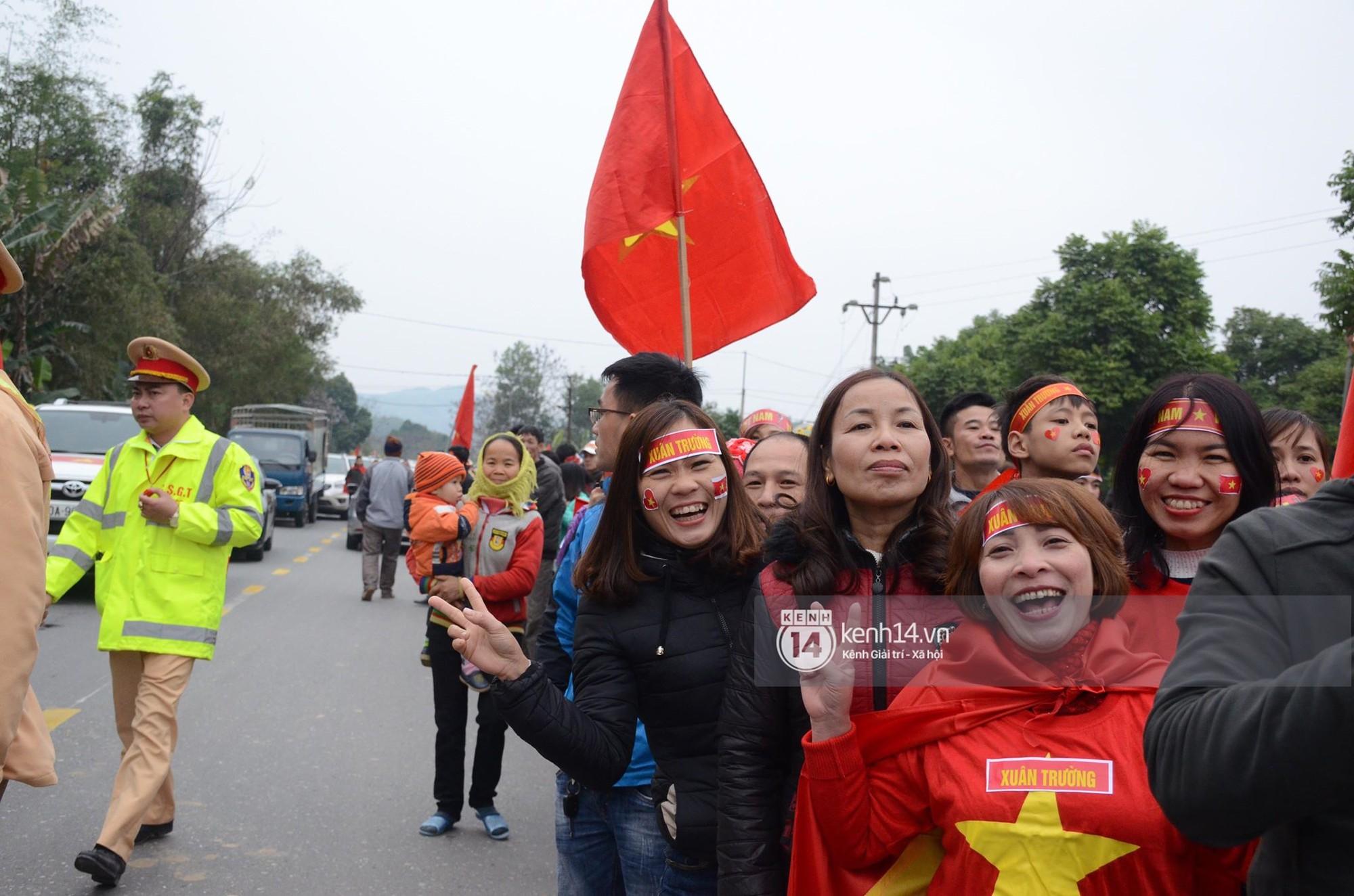 Người dân Tuyên Quang nườm nượp đổ ra đường chào đón cầu thủ Xuân Trường trở về quê hương 1