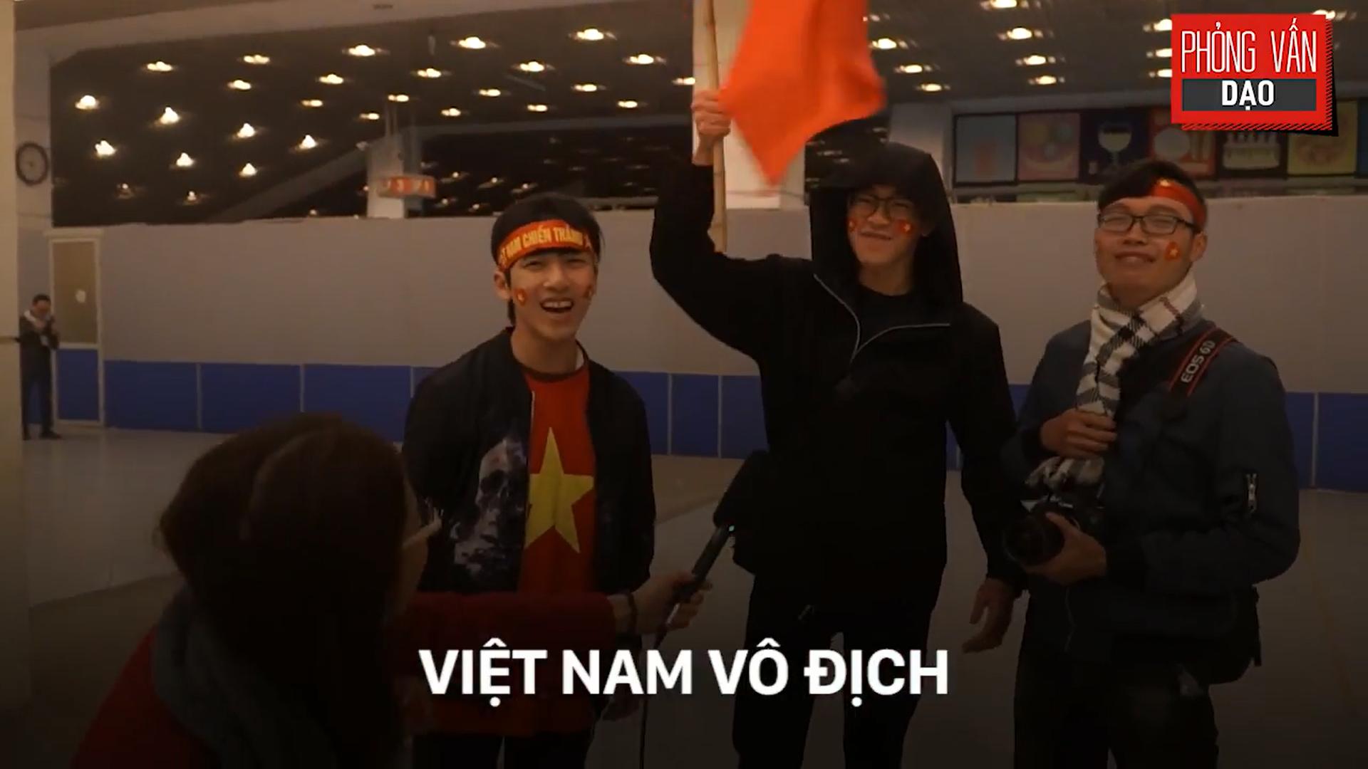 Phỏng vấn dạo: Cảm xúc của người hâm mộ khi đón U23 Việt Nam trở về trong vòng tay - Ảnh 24.