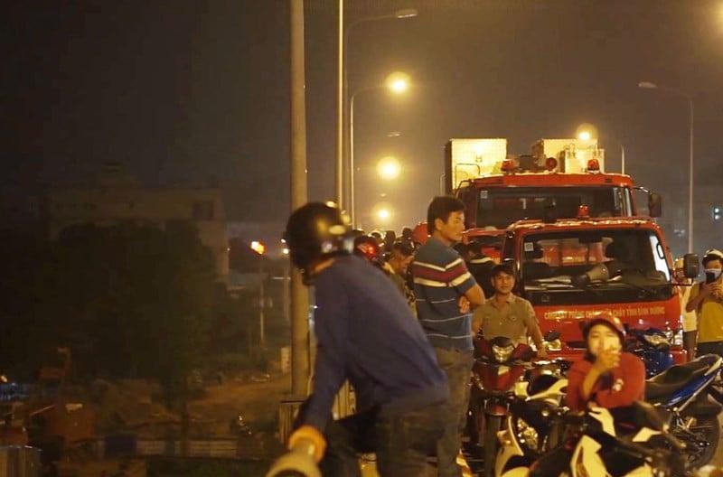 Cô gái bỏ xe máy trên cầu, nhảy sông Sài Gòn mất tích 1