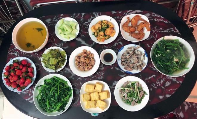Cao thủ chi tiêu Hà Nội: Chỉ tốn 4,5 triệu/tháng tiền chợ cho 4 người lớn mà bữa nào cũng như đại tiệc 7