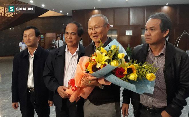 Đặt chân xuống Gia Lai, HLV Park Hang-seo lập tức được bầu Đức mời cơm 4