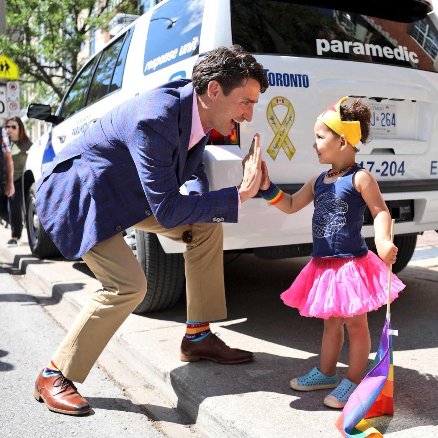 """Chẳng phải trang phục, giờ đây những đôi tất của Thủ tướng Canada mới là thứ người ta muốn """"bóc giá"""" 9"""