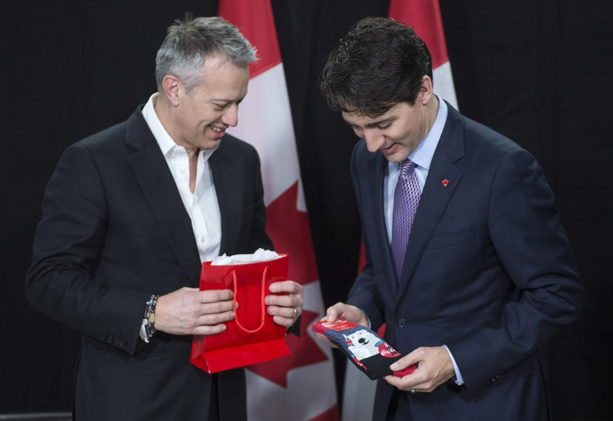 """Chẳng phải trang phục, giờ đây những đôi tất của Thủ tướng Canada mới là thứ người ta muốn """"bóc giá"""" 3"""