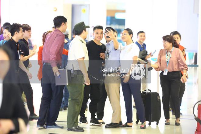 Fan đón U23 hạ cánh Sài Gòn cuồng nhiệt không khác gì sao Hàn! 2