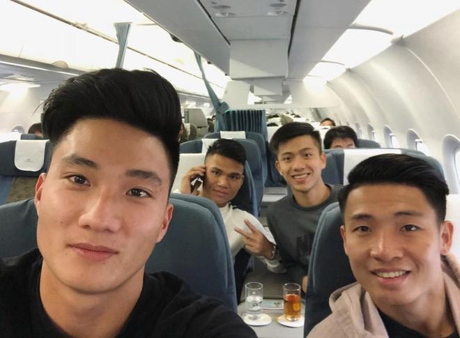 Fan đón U23 hạ cánh Sài Gòn cuồng nhiệt không khác gì sao Hàn! 14