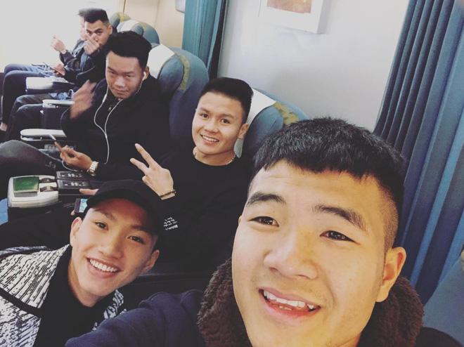 Fan đón U23 hạ cánh Sài Gòn cuồng nhiệt không khác gì sao Hàn! 15
