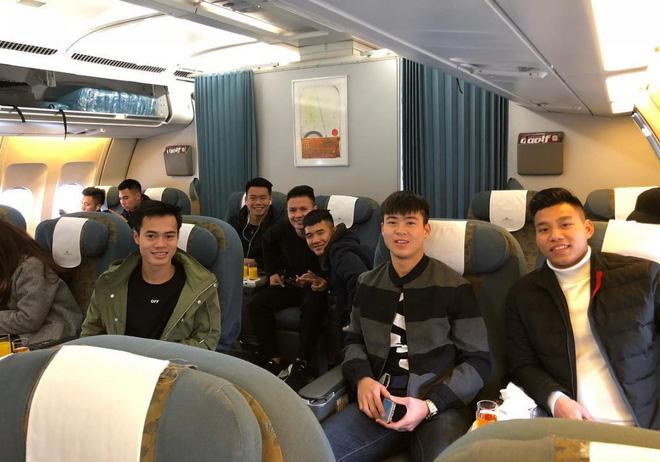 Fan đón U23 hạ cánh Sài Gòn cuồng nhiệt không khác gì sao Hàn! 16