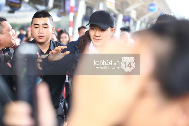 Fan đón U23 hạ cánh Sài Gòn cuồng nhiệt không khác gì sao Hàn! 3