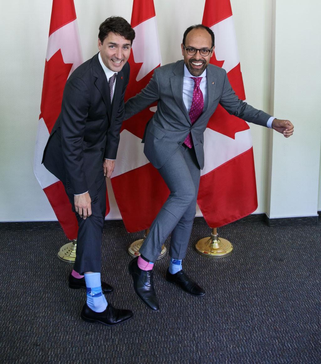 """Chẳng phải trang phục, giờ đây những đôi tất của Thủ tướng Canada mới là thứ người ta muốn """"bóc giá"""" 11"""
