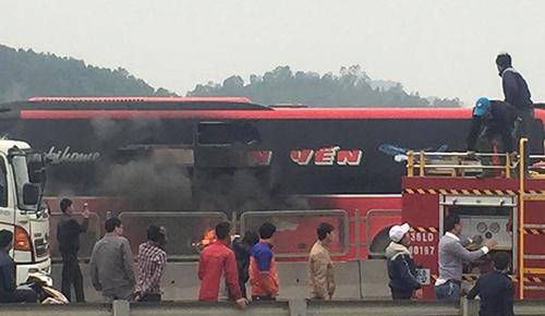 Xe khách giường nằm bốc cháy trên quốc lộ 1A, hành khách đập cửa thoát ra ngoài 1