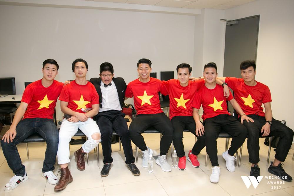 Bé Bôm hạnh phúc, cười khoái chí khi được chụp ảnh cùng 6 tuyển thủ của U23 Việt Nam 4