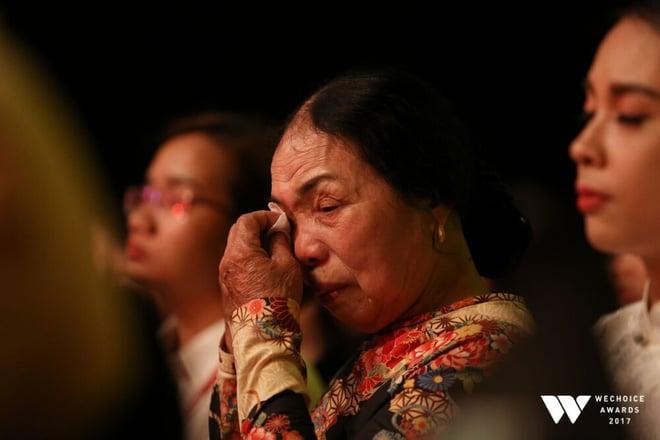 """Con gái cụ Xuân bật khóc khi xem tiết mục múa mang tên mẹ, tái hiện câu chuyện """"chờ chồng suốt 52 năm"""" tại Gala WeChoice Awards 2017 2"""
