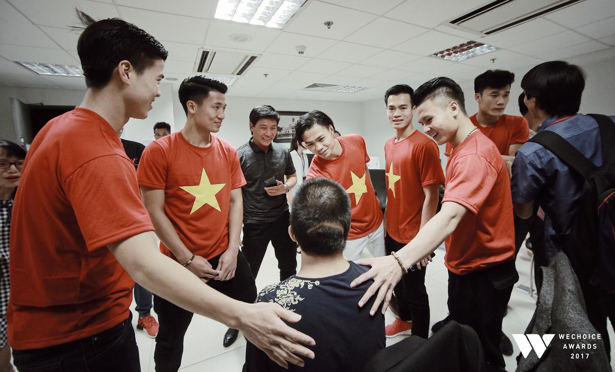 Bé Bôm hạnh phúc, cười khoái chí khi được chụp ảnh cùng 6 tuyển thủ của U23 Việt Nam 1