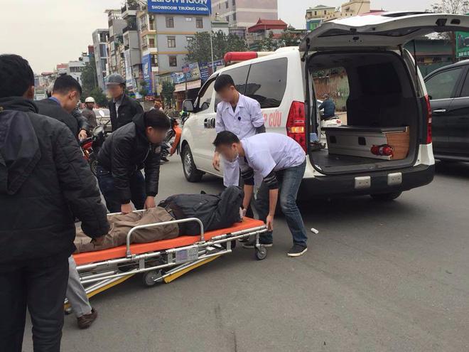 Hà Nội: Người đàn ông đội mũ Uber đi ngược chiều đâm thẳng vào ô tô ngày giáp tết 1