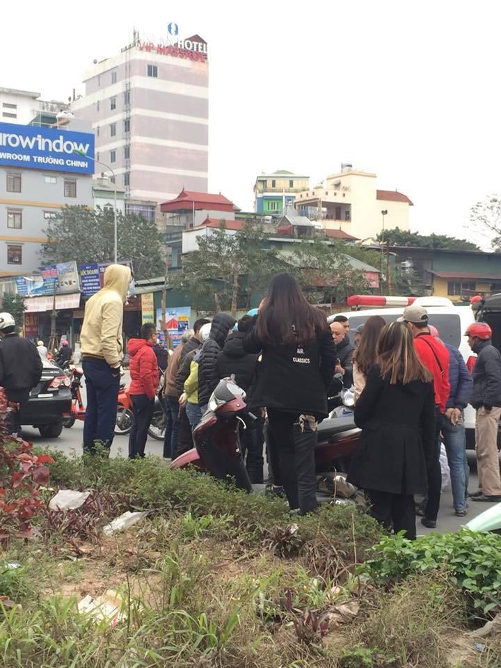 Hà Nội: Người đàn ông đội mũ Uber đi ngược chiều đâm thẳng vào ô tô ngày giáp tết 2