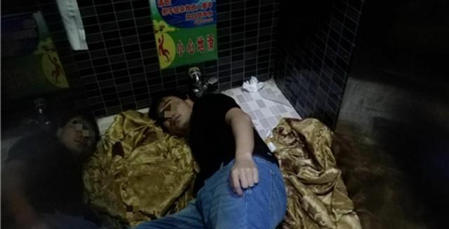 Chàng trai Trung Quốc suýt mất tay vì cố nhặt iPhone 8 rơi xuống xí xổm 1