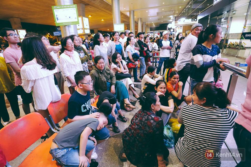 Hàng nghìn người vật vờ lúc nửa đêm ở sân bay Tân Sơn Nhất đón Việt kiều về quê ăn Tết Mậu Tuất 11