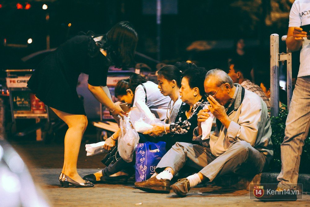 Hàng nghìn người vật vờ lúc nửa đêm ở sân bay Tân Sơn Nhất đón Việt kiều về quê ăn Tết Mậu Tuất 15