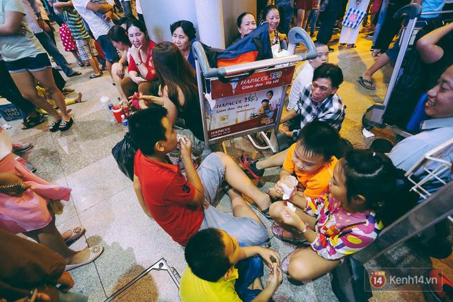 Hàng nghìn người vật vờ lúc nửa đêm ở sân bay Tân Sơn Nhất đón Việt kiều về quê ăn Tết Mậu Tuất 17