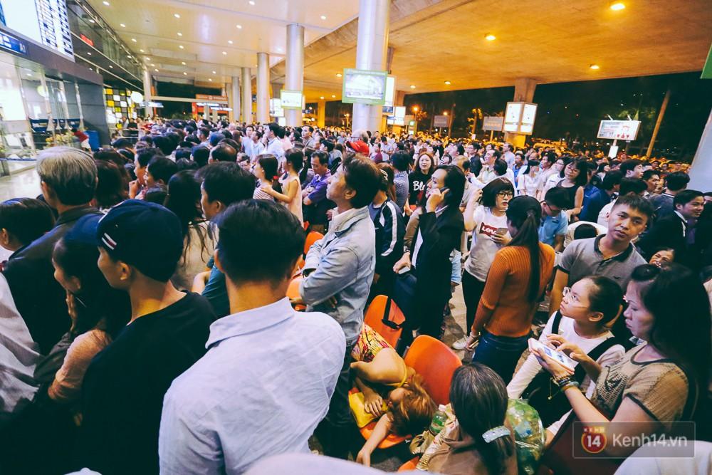 Hàng nghìn người vật vờ lúc nửa đêm ở sân bay Tân Sơn Nhất đón Việt kiều về quê ăn Tết Mậu Tuất 5