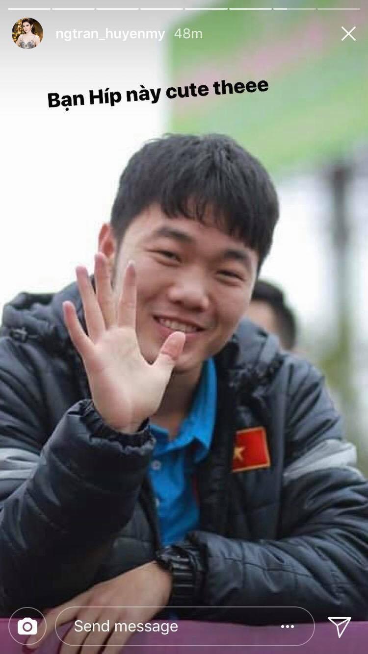 Hình ảnh Đứng bên cạnh người đẹp nhưng dàn cầu thủ U23 Việt Nam lại ôm nhau, để mặc Huyền My một mình e ấp! số 2