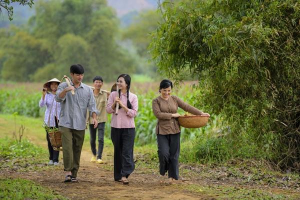 Hình ảnh Rũ bỏ vẻ đài các, Em bé Hà Nội Lan Hương hóa mẹ quê trong MV của ca sĩ Lương Nguyệt Anh số 2