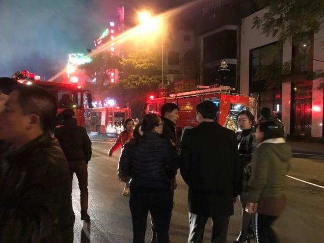 Nhiều người la hét cầu cứu trong ngôi nhà 5 tầng cháy ngùn ngụt ở Hà Nội 1