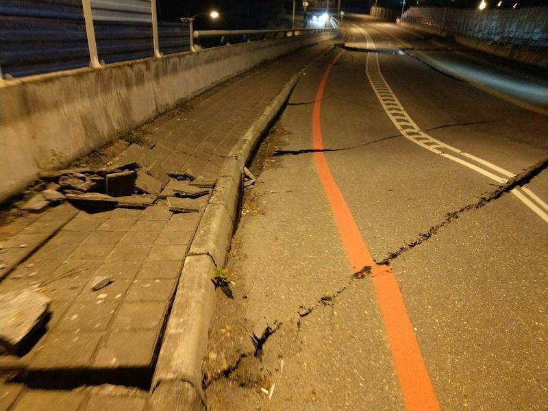 Đài Loan: Động đất mạnh 6 độ richter gây đổ sập nhiều toà nhà, hư hỏng đường sá 3