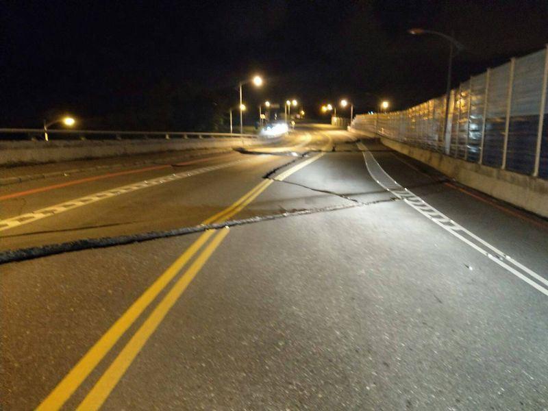 Đài Loan: Động đất mạnh 6 độ richter gây đổ sập nhiều toà nhà, hư hỏng đường sá 4