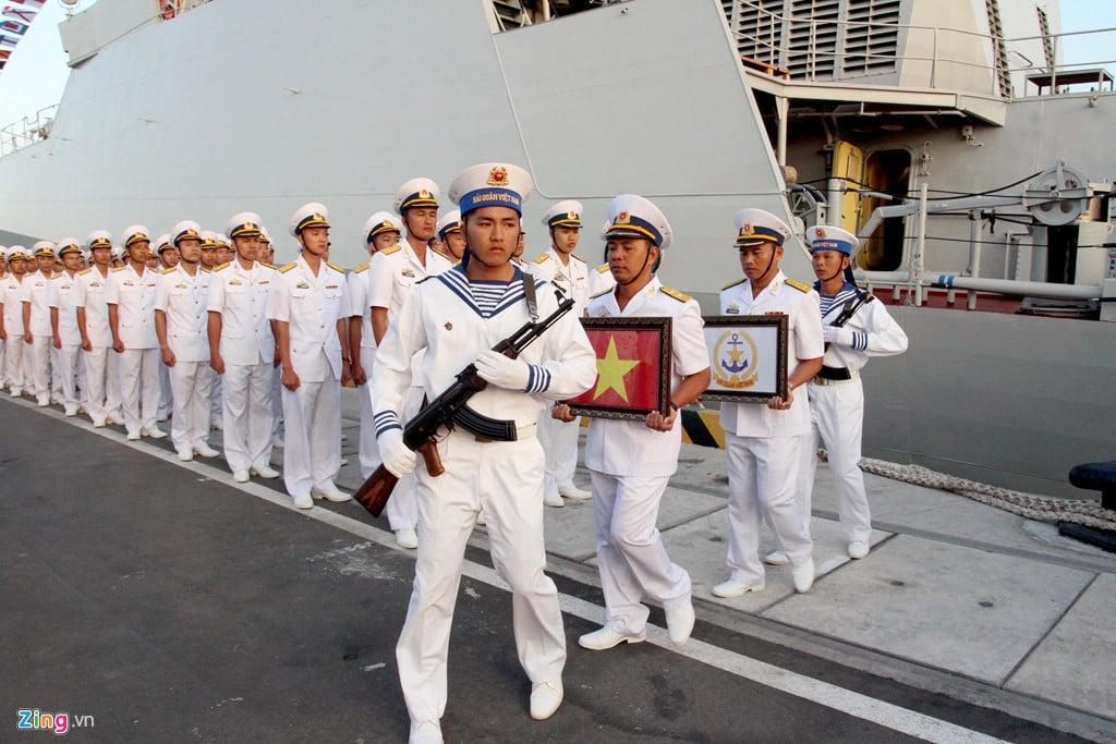 Thượng cờ 2 tàu hộ vệ tên lửa 015 - Trần Hưng Đạo và 016 - Quang Trung 2