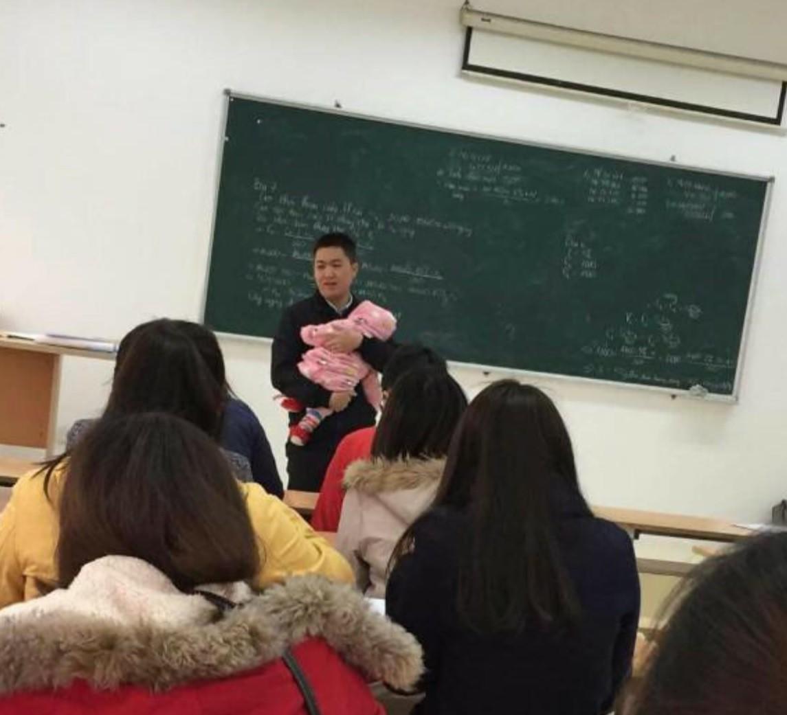 Chia sẻ cảm động đằng sau bức ảnh thầy giáo bế con cho nữ sinh viên làm bài thi suốt 2 tiếng 1