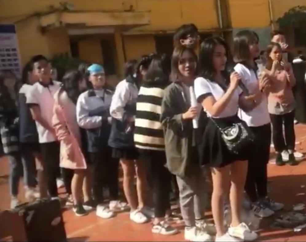 Nữ sinh kéo 500 chị em đi dàn xếp tỏ tình nhưng lại khiến khán giả chưng hửng vì... nhạt 1