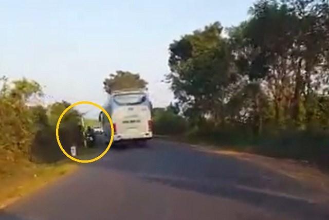 Clip: Xe khách gây tai nạn cho xe máy rồi bỏ chạy khiến dân mạng phẫn nộ 1