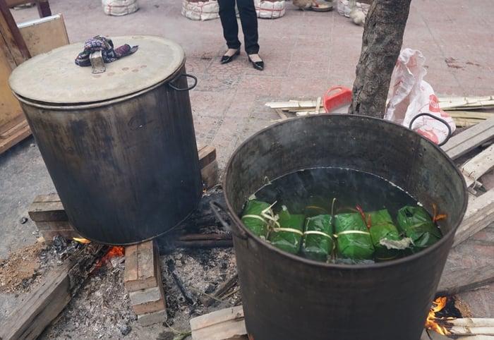 Cận Tết, người Hà Nội thức trắng đêm canh bánh chưng nấu trên vỉa hè 9