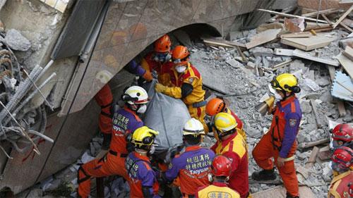 Hình ảnh Thi thể cặp vợ chồng già ôm nhau trong tòa nhà bị nghiêng sau động đất Đài Loan số 1