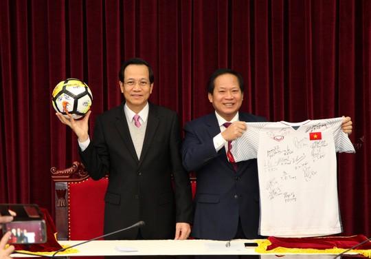 Hình ảnh Áo đấu và bóng U23 Việt Nam đã có chủ với giá 20 tỷ đồng số 1